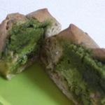 抹茶チーズケーキと抹茶クッキーのせベーグル