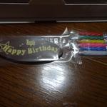 サービスのチョコレート製バースデープレートとキャンドル