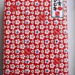 看板商品の「梅の実ひじき」150g入り。 赤い綺麗な包装紙に包まれています。