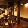 幻の中華そば加藤屋 四条にぼ次朗 - 内観写真:カウンターに囲まれた厨房