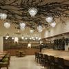 銀座カフェビストロ 森のテーブル - 内観写真:目にも鮮やかな緑のベンチシートは気楽なお食事やティタイムに人気のエリアです