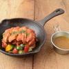 野菜を食べるカレーcamp - 料理写真:赤と緑の彩り野菜とスパイシーチキンのカレー