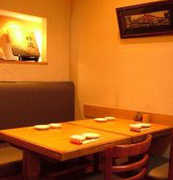吟遊 - 内観写真:ゆったりとスペースの取られたテーブル席は、 ランチから接待まで幅広くご利用いただけます。