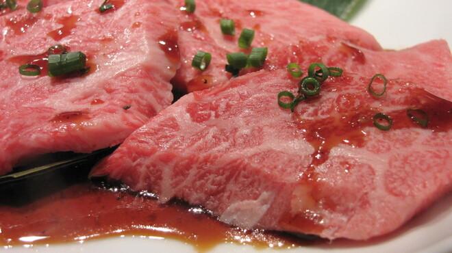 金剛園 - 料理写真:おススメ③,秘伝のタレに漬け込んだお肉は誰もが納得する味わいです。