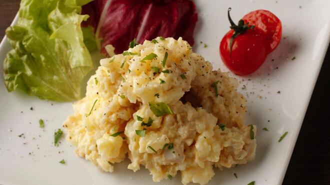 アントン ビー - 料理写真:お店で燻製した味玉のポテトサラダ