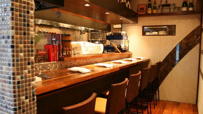 Le Temps - 内観写真:1Fはオープンキッチンでワインやちょっとしたお食事が気軽に楽しめるカジュアルな雰囲気