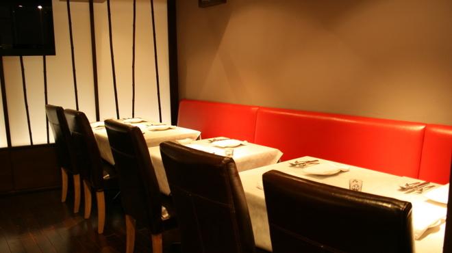 Le Temps - 内観写真:3Fは赤のソファーが特徴的なパーティー利用でも最適な空間