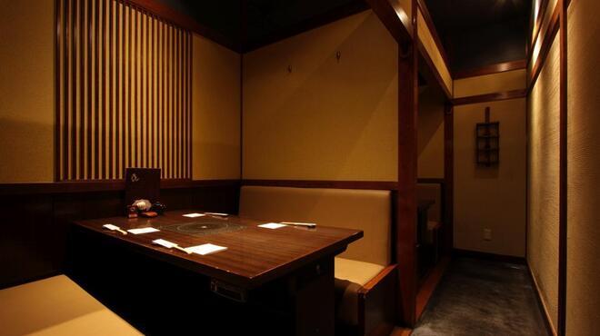 うまかぁ~黒豚と肴料理 まん - 内観写真:4名様半個室