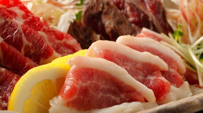 うまかぁ~黒豚と肴料理 まん - 料理写真:熊本より直送の馬刺!