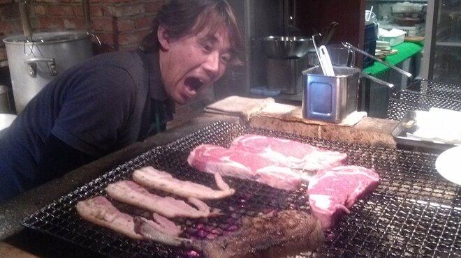 東京ブッチャーズ - その他写真:炭火でお肉を焼きまくり!!!