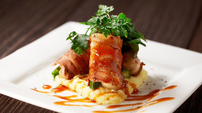 ガンボ&オイスターバー - 料理写真:牡蠣とグリーンアスパラの肉巻き 黒胡椒風味