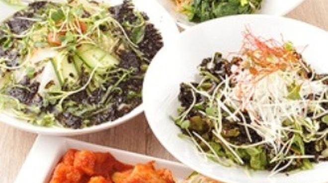 エイジング・ビーフ - 料理写真:キムチ・チョレギサラダ・梅サラダなど豊富にご用意しています