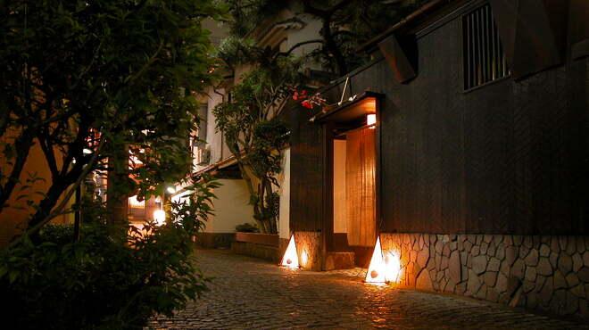 神楽坂 おいしんぼ - 外観写真:夜も雰囲気漂う裏路地にほんのり灯る行燈がお出迎え 昭和レトロに誘います