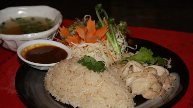アジアン食堂グリドルズ - 料理写真:「カオ・マン・ガイ」タイ風チキンライス タイの定番屋台メニュー!絶品つけダレをお試し下さい♪