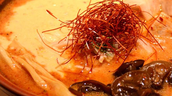札幌 炎神 - 料理写真:【W辛味噌ラーメン】 赤いスープは唐辛子 白い麻婆豆腐は山わさび Wの旨辛な一杯