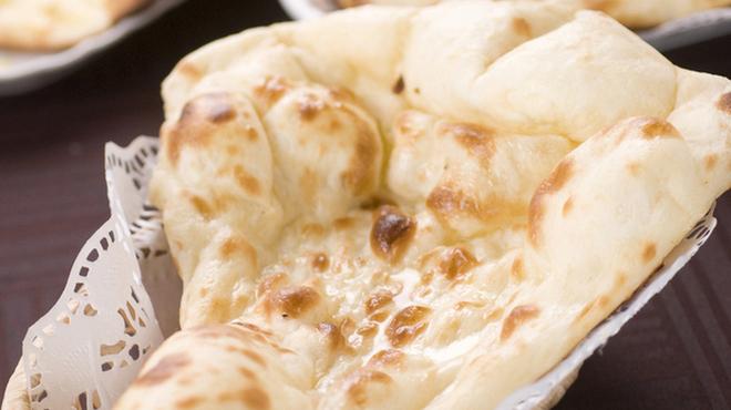 ビスヌ - 料理写真:本格釜で焼くナンは絶品!!