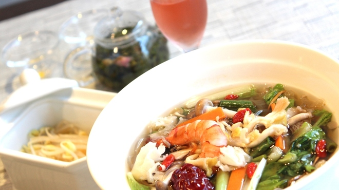 ZEN ROOM - 料理写真:健彩麺セット \1000 国産烏骨鶏と18種類漢方食材、12種類野菜やキノコなどたっぷり栄養でカロリー 280kcal。