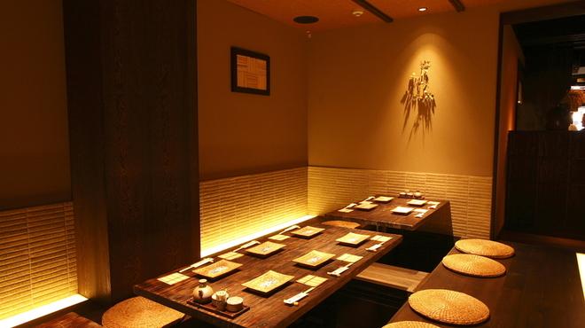 心斎橋 今井屋本店 - 内観写真:隠れ家的空間を演出する個室を完備