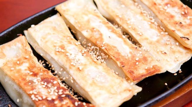 栄華楼 - 料理写真:熱々鉄板棒餃子