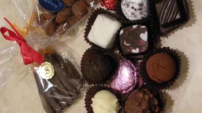 スーリィ・ラ・セーヌ - 料理写真:香り高いリキュールやブランデーのトゥリフ、力強い味わいのナッツやチョコレート、少し苦めに焦がしたアマンドゥ・ショコラ、大量生産しない、そして新鮮であること。それが私達のチョコレートです。