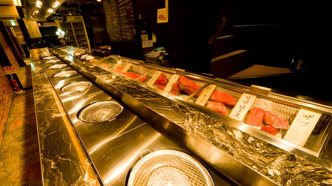 椎名牧場 - 内観写真:1階カウンター席。ショーケースには赤身がズラリと並ぶ。圧巻の一言。
