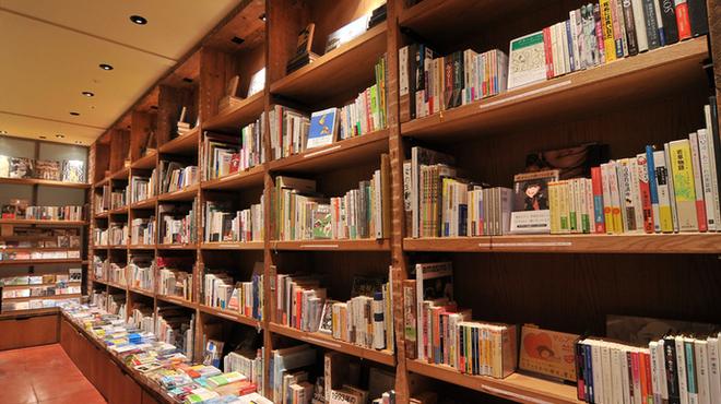 ブルックリンパーラー - 内観写真:店内の約2,500冊の書籍が自由に読めます。