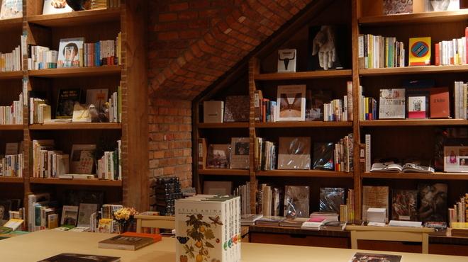 ブルックリンパーラー - 内観写真:本を眺めながら食事をお楽しんでは。