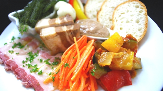沖縄鉄板バル ミートチョッパー - 料理写真:【沖縄タパス】 琉球島和牛やあぐー豚などの沖縄食材をふんだんに使ったメニューをお楽しみください。