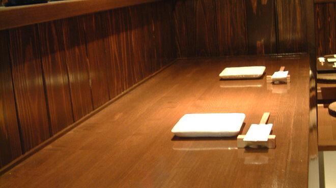 座り喰い酔い 虎乃間 - 内観写真:カウンターはまったりと落ち着いた雰囲気です。