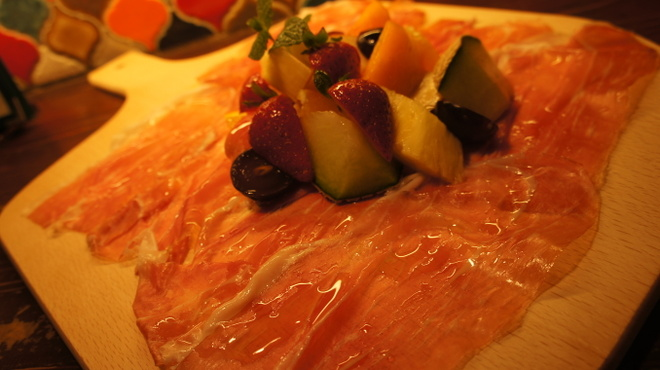 ビトレス - 料理写真:切り立てパルマ産生ハム フルーツてんこ盛り