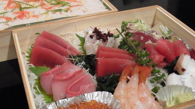 六本木 福鮨 - 料理写真:雛祭り用特製ちらし鮨。お写真は3人前です。ばらちらしには穴子がたっぷり入っています。 お好みでお刺身をばらちらしにのせて、お楽しみ下さいませ。