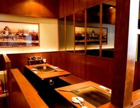 ゆかり - 内観写真:簡単な仕切りがあるテーブル席で鉄板を囲んで自慢の大阪の味を