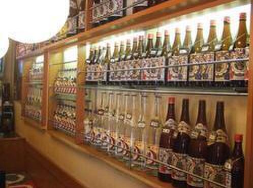 八丈島 - 内観写真:島酎ボトルのキープがたくさん!ほんの一部なんです。