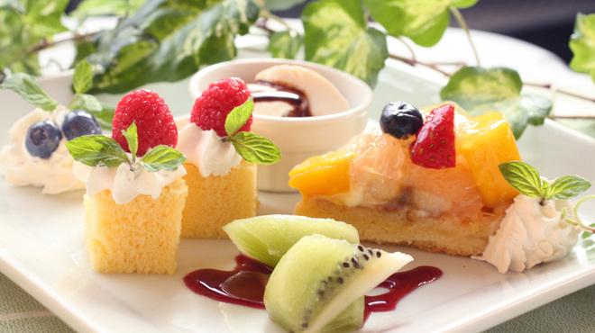 ブッフェ ザ・ヴィラ - 料理写真:小さなデザートは少しづつ沢山食べて頂く為に・・・
