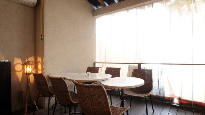 イチズ - 内観写真:【居心地のよいテラス席】開放感あるくつろげる空間。お天気の良い日にはとくに人気のお席です。