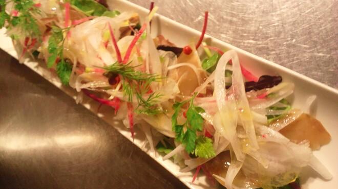 ルフージュ - 料理写真:とりあえず!! 真鯵の自家燻製と新玉ねぎのサラダ(期間限定黒板メニュー)