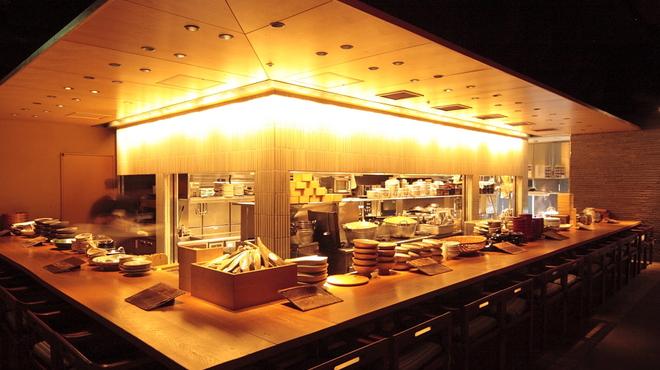 和食 えん - 内観写真:オープンキッチンで職人の技を。
