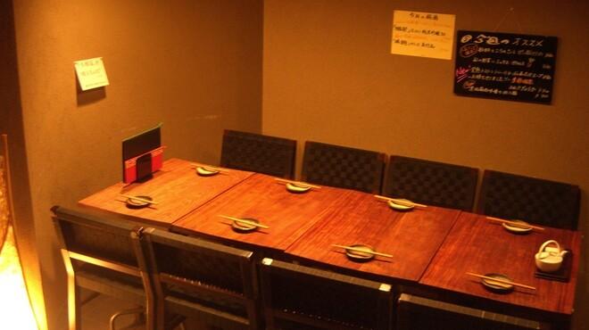 GYOZA BAR 杏っ子 - 料理写真:テーブル席