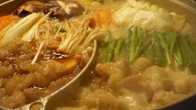 博多もつ鍋 玄海庵 - 料理写真:玄海庵名物二種類鍋
