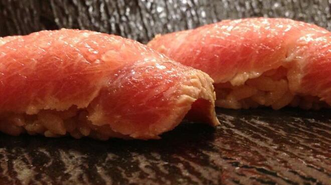 蔵六雄山 - 料理写真:大トロをサクヅケにして一晩寝かして握りました。シャリの酸味とマグロの酸味が一体となり、なんとも言えない奥深い味わいに・・・