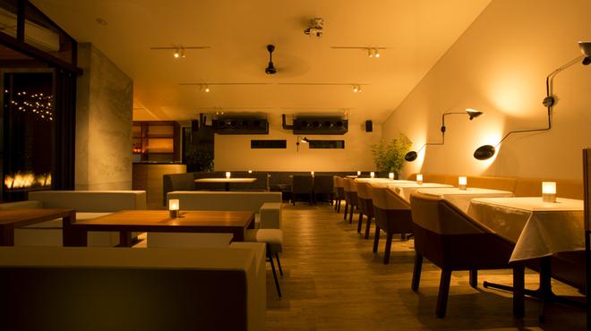 ブランチキッチン - 内観写真:ディナータイムは柔らかい光と音楽が色気のある空間を演出。