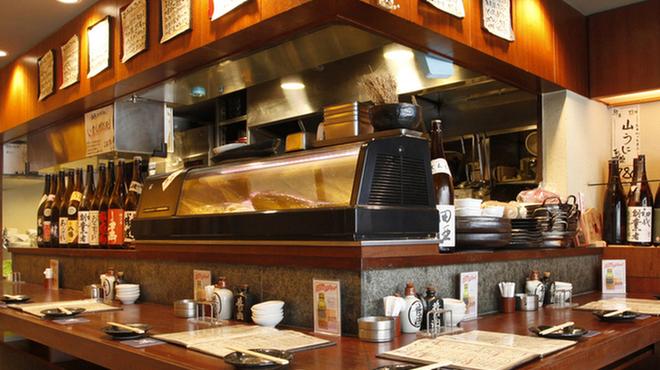 九州の地魚料理 侍 - 内観写真:カウンター席で店員と楽しく語らいあいましょ