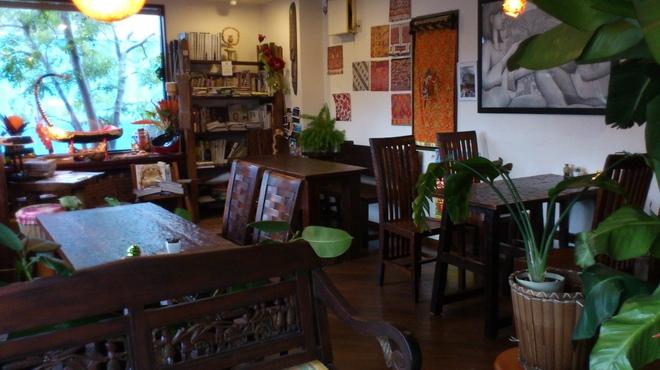 アジアの食堂 ムバラケ - 内観写真:店主に似合わぬアジアンカフェな内装