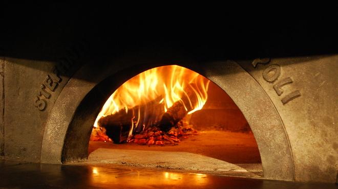 ナプレ - 内観写真:1Fにある薪窯でピッツァを焼きあげます。