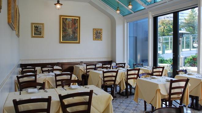 ピッツェリア・トラットリア・ナプレ - 内観写真:清潔で落ち着いた雰囲気の店内です。
