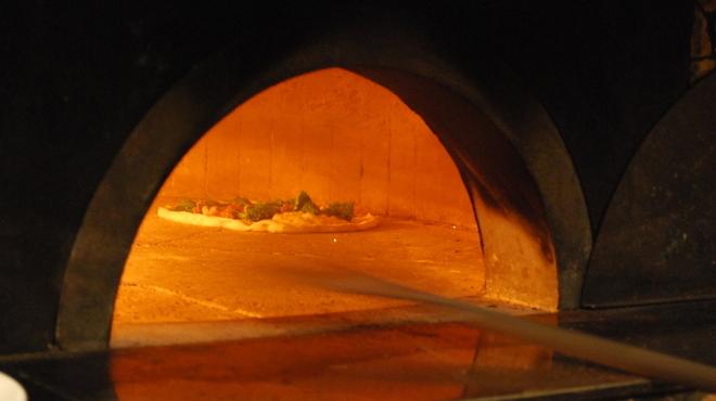 ピッツェリア・トラットリア・ナプレ - 内観写真:ナポリの窯職人が造り上げた薪窯を使用しています。