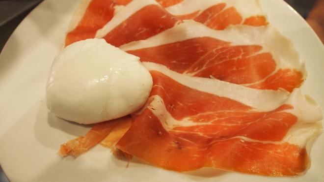 ピッツェリア・トラットリア・ナプレ - 料理写真:パルマ産生ハムと水牛のモッツァレッラチーズ