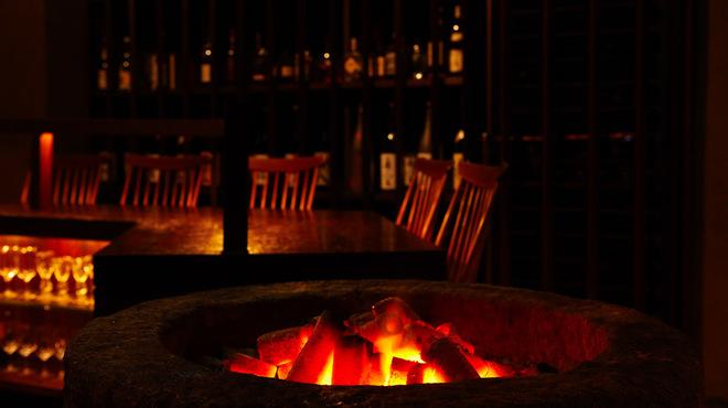 bar 松虎 - 内観写真:恵比寿の街にひっそりと佇む大人の隠れ家。炭の火と無音の空間がリラックスした大人の時間を演出。