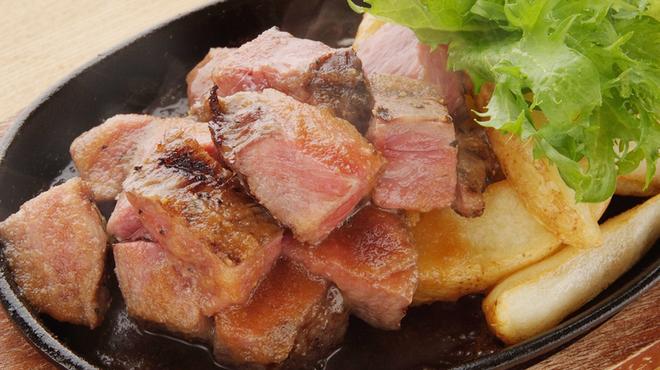 ゴールデンミートバル - 料理写真:『A5 和牛サーロインのサイコロステーキ』肉卸ならではの厳選した和牛を使ったサイコロステーキです。肉好きも納得の味。