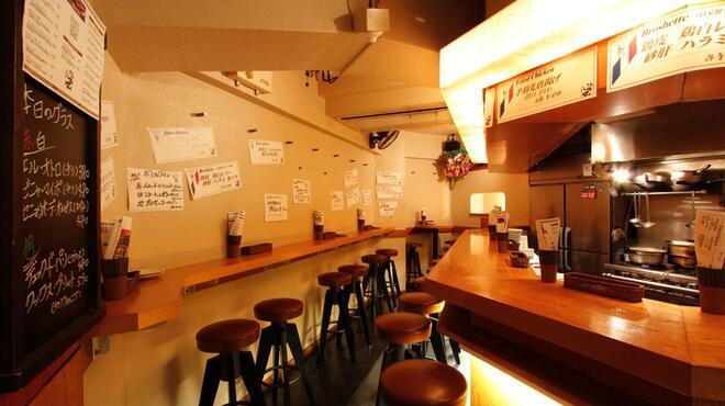 wabisuke - 内観写真:多少手狭ですが、お客様同士&スタッフが近くてそれもまたイイ感じです。